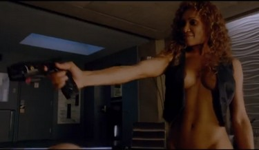 cosmopolis - femme arme